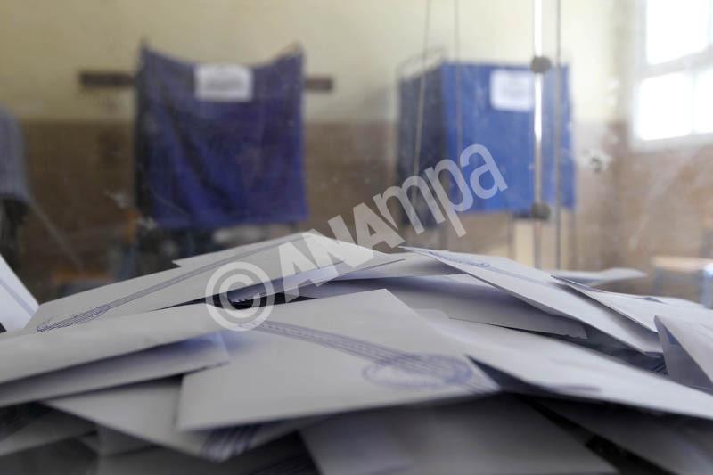 Ψηφοδέλτια σε κάλπη σε ένα από τα εκλογικά κέντρα της Θεσσαλονίκης, κατά τη διάρκεια των Βουλευτικών εκλογών 2012. Θεσσαλονίκη, Κυριακή 6 Μαΐου 2012 ΑΠΕ ΜΠΕ/PIXEL/ΣΩΤΗΡΗΣ ΜΠΑΡΜΠΑΡΟΥΣΗΣ