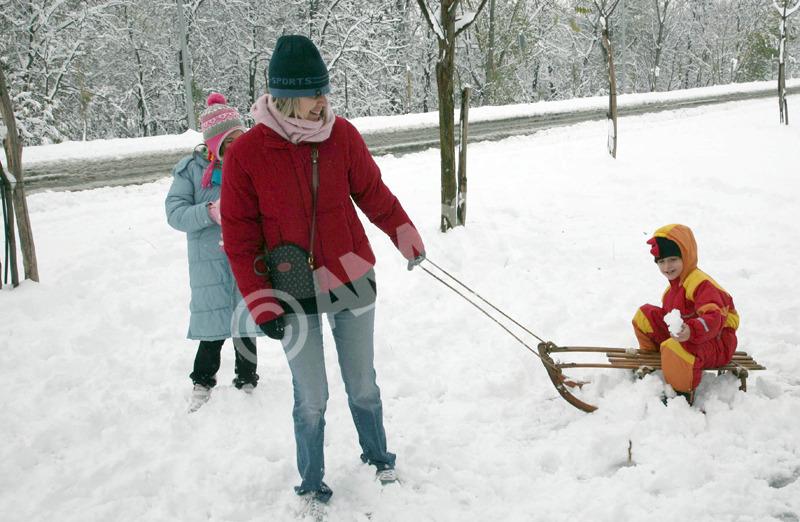 Με χιόνια ξύπνησαν σήμερα το πρωί οι κάτοικοι της Λάρισας και ξεχύθηκαν στους δρόμους για να χαρούν. Πέμπτη 16 Δεκεμβρίου 2010 . ΑΠΕ-ΜΠΕ/ΑΠΕ-ΜΠΕ/ΤΣΑΝΤΟΠΟΥΛΟΣ ΣΠΥΡΟΣ