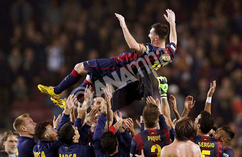 epa04500300 FC Barcelona s Argentinian striker Lionel Messi (up) is tossed in the air by his teammates after scoring the 4-1 lead during the Spanish Primera Division soccer match between FC Barcelona and Sevilla FC at Camp Nou in Barcelona, north-eastern Spain, 22 November 2014. Barca won 5-1 with three goals scored by Messi, who marked his 253rd goal in La Liga, breaking the league s top scoring record of 251 goals by Telmo Zarra.  EPA/ALBERTO ESTEVEZ