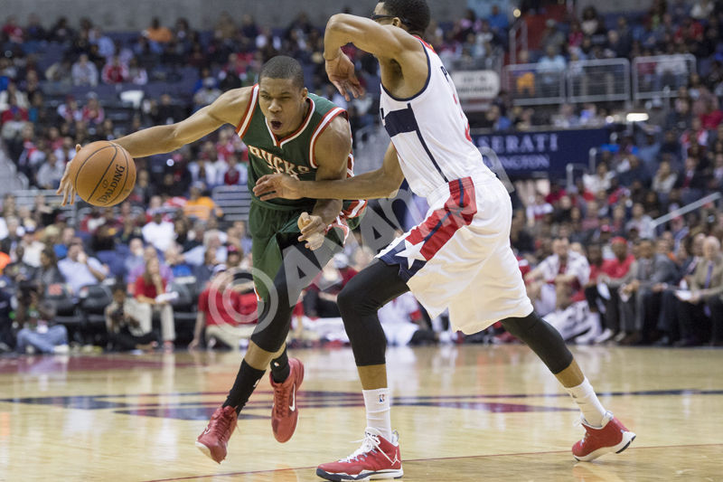 epa04472861 Milwaukee Bucks guard Giannis Antetokounmpo of Greece (L) attempts to get around Washington Wizards forward Otto Porter Jr. (R) during the first half of their NBA game at the Verizon Center in Washington DC, USA, 01 November 2014.  EPA/MICHAEL REYNOLDS CORBIS OUT