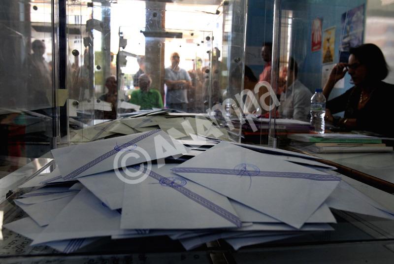 Φωτογραφία αρχείου. Πολίτες ψηφίζουν για τις Ευρωεκλογές και τις επαναληπτικές Αυτοδιοικητικές Εκλογές 2014 σε εκλογικό κέντρο της Αθήνας, την Κυριακή 25 Μαΐου 2014. ΑΠΕ-ΜΠΕ/ΑΠΕ-ΜΠΕ/ΣΥΜΕΛΑ ΠΑΝΤΖΑΡΤΖΗ