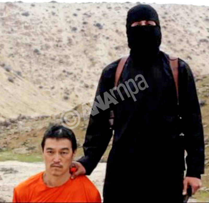 A photo from video allegedly released by the Islamic State shows Japanese hostage Kenji Goto (L) moments before his execution by beheading by an English speaking terrorist on 31 January 2015. Goto is the second Japanese terrorist executed by the group in the past week.  EPA/ISLAMIC STATE VIDEO ATTENTION EDITORS : EPA IS USING AN IMAGE FROM AN ALTERNATIVE SOURCE AND CANNOT PROVIDE CONFIRMATION OF CONTENT, AUTHENTICITY, PLACE, DATE AND SOURCE.