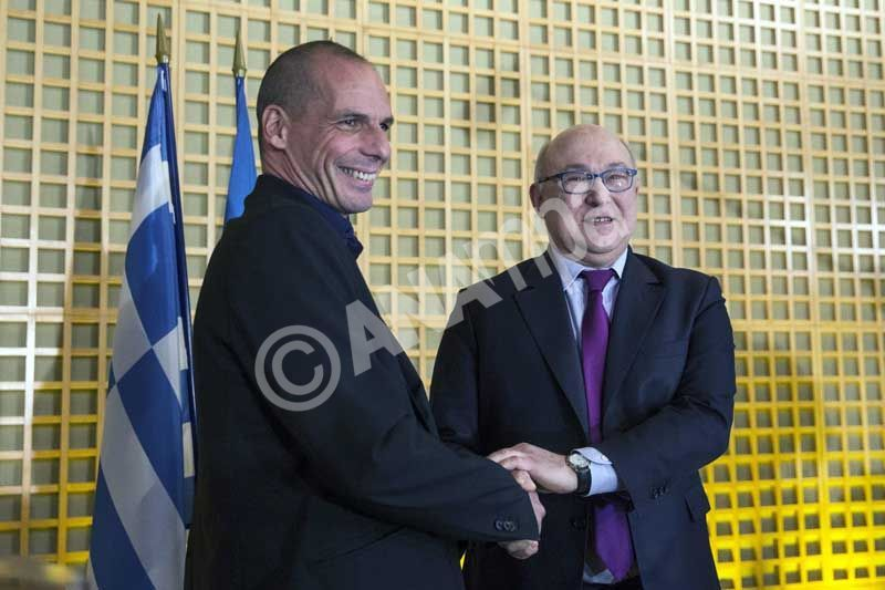 epa04599845 French Finance Minister Michel Sapin (R) and his Greek newly appointed counterpart Yanis Varoufakis (L) shake hands prior to a press conference after a meeting at the French Ministry of Economy and Finance of Becy in Paris, France, 01 February 2015. Greece