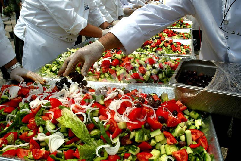 """Παρασκευή τεράστιας ελληνικής σαλάτας 500 κιλών, που πραγματοποιήθηκε απο 100 σεφ της Λέσχης Αρχιμαγείρων Ελλάδας , κατα τη διάρκεια της εκδήλωσης """"ελληνικές γευστικές διαδρομές"""" που έλαβε χώρα στην πλατεία Κλαυθμώνος με σκοπό την προώθηση των ελληνικών προϊόντων. Τρίτη , 31 Μαϊου 2011. ΑΠΕ - ΜΠΕ/ΑΠΕ - ΜΠΕ/STR"""