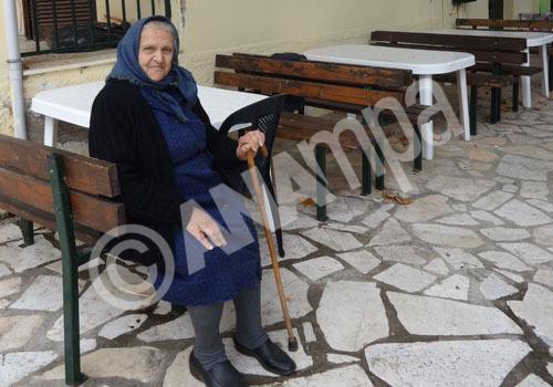 Φωτογραφία αρχείου την 2/11/2014 που δόθηκε σήμερα στη δημοσιότητα και εικονίζει την 84χρονη Βασιλική Ντάκα  στην Αγία Μαρίνα Πωγωνίου. Μαθήματα ζωής και θάρρους δίνουν καθημερινά στα βουνά της Μουργκάνας, στη λησμονημένη Ελλάδα, οι ηρωίδες γυναίκες. Αυτές τις γυναίκες επέλεξε φέτος το ΑΠΕ-ΜΠΕ να τιμήσει, με αφορμή την 8η Μαρτίου, ημέρα της Γυναίκας, πραγματοποιώντας ένα οδοιπορικό στα ξεχασμένα χωριά της περιοχής και μιλώντας μαζί τους για μια καθημερινότητα, που στα αστικά κέντρα φαντάζει τουλάχιστον ξένη, Πέμπτη 5 Μαρτίου 2015. ΑΠΕ-ΜΠΕ/ΑΠΕ-ΜΠΕ/ΜΑΙΡΗ ΤΖΩΡΑ
