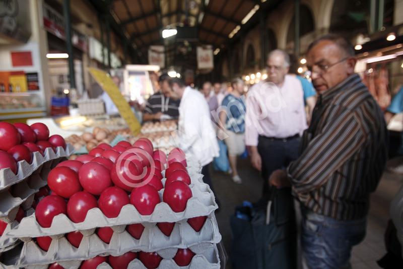 Φωτογραφία αρχείου. Καταναλωτές αγοράζουν αυγά στην Βαρβάκειο αγορά ενόψει του Πάσχα, Πέμπτη 2 Μαΐου 2013. ΑΠΕ-ΜΠΕ/ΑΠΕ-ΜΠΕ/ΑΛΕΞΑΝΔΡΟΣ ΒΛΑΧΟΣ
