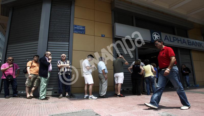 Πολίτες περιμένουν έξω από ΑΤΜ τράπεζας στην Αθήνα για να κάνουν ανάληψη χρημάτων, Κυριακή 28 Ιουνίου 2015, μετά την ανακοίνωση από τον πρωθυπουργό Αλέξη Τσίπρα για τη διενέργεια δημοψηφίσματος την Κυριακή 5 Ιουλίου για την αποδοχή ή την απόρριψη της πρότασης των θεσμών. ΑΠΕ-ΜΠΕ/ΑΠΕ-ΜΠΕ/ΑΛΕΞΑΝΔΡΟΣ ΒΛΑΧΟΣ