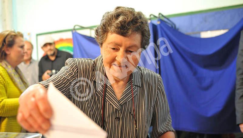 Πολίτης ψηφίζει στο 308ο εκλογικό τμήμα στο Νησί της Παμβώτιδας στα  Ιωάννινα, την Κυριακή 25 Μαΐου 2014.  ΑΠΕ-ΜΠΕ/ΑΠΕ-ΜΠΕ/ΑΠΟΣΤΟΛΟΣ ΔΗΜΟΣ