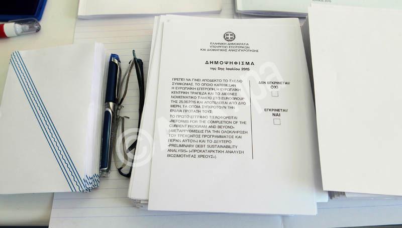 Ψηφοδέλτια για το δημοψήφισμα, Κυριακή 5 Ιουλίου 2015. Οι Έλληνες πολίτες ψηφίζουν σήμερα για να εγκρίνουν ή όχι τα μέτρα λιτότητας που προτείνουν οι δανειστές να εφαρμόσει η ελληνική κυβέρνηση. ΑΠΕ-ΜΠΕ/ΑΠΕ-ΜΠΕ/Παντελής Σαίτας