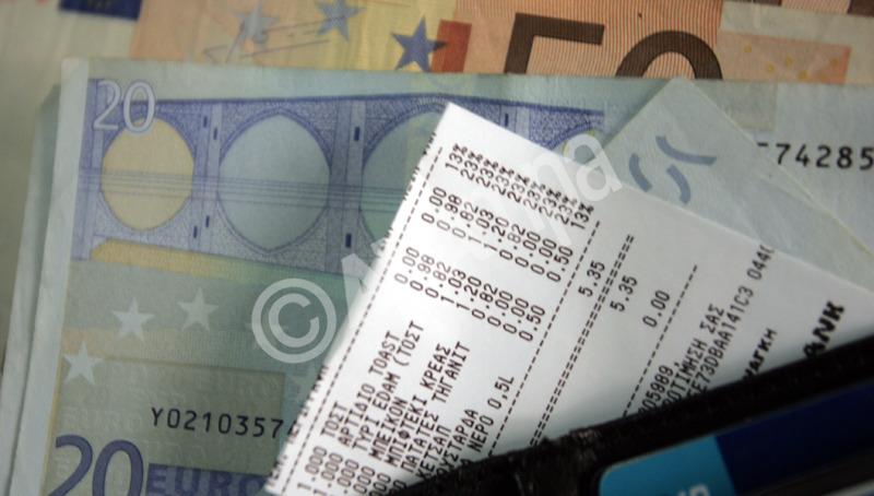 Απόδειξη από ταμειακή μηχανή  σε τυροπιτάδικο του κέντρου , Αθήνα Πέμπτη 1 Σεπτεμβρίου 2011. Σε ισχύ τίθεται από σήμερα η αύξηση του ΦΠΑ στα καταστήματα σίτισης κατά 10 μονάδες από το 13% στο 23%.  ΑΠΕ-ΜΠΕ/ΑΠΕ-ΜΠΕ/ΜΑΡΟΓΙΑΝΝΗ ΜΑΡΙΑ