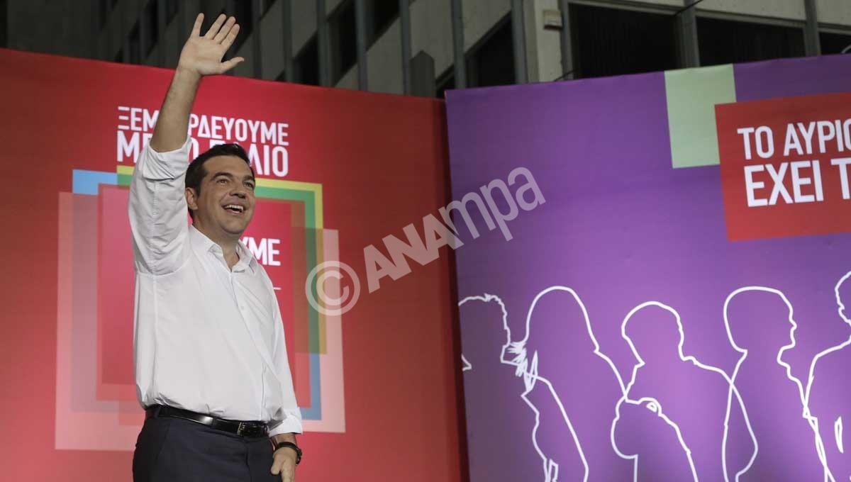 Ο πρόεδρος του ΣΥΡΙΖΑ Αλέξης Τσίπρας χαιρεταεί από την εξέδρα τους πολίτες λίγο πριν την έναρξη της ομιλίας του στην κεντρική προεκλογική συγκέντρωση του κόμματος στη Αθήνα, Παρασκευή 18 Σεπτεμβρίου 2015. Πραγματοποιήθηκε στην πλατεία Συντάγματος η κεντρική προεκλογική του ΣΥΡΙΖΑ στην Αθήνα με ομιλία του πρόεδρου του Αλέξη Τσίπρα ενώ σύντομο χαιρετισμό απηύθυναν ο γενικός γραμματέας του Κομμουνιστικού Κόμματος Γαλλίας Πιέρ Λοράν , ο πρόεδρος της Κοινοβουλευτικής Ομάδας του Die Linke Γκρέγκορ Γκίζι και ο επικεφαλής των Ποδέμος Πάμπλο Ιγκλέσιας. ΑΠΕ-ΜΠΕ/ΑΠΕ-ΜΠΕ/ΓΙΑΝΝΗΣ ΚΟΛΕΣΙΔΗΣ