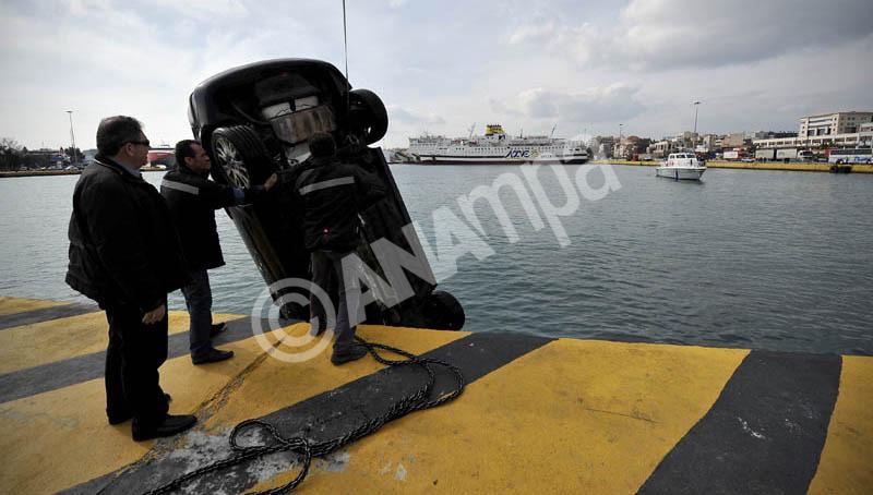 Λιμενικοί ανασύρουν αυτοκίνητο όπου έπεσε στη θάλασσα, στην πύλη E-6, υπό αδιευκρίνιστες συνθήκες, στο λιμάνι του Πειραιά. Δευτέρα 18 Φεβρουαρίου 2013. Σώος ανασύρθηκε ο 53χρονος οδηγός του ο οποίος για προληπτικούς λόγους μεταφέρθηκε με ασθενοφόρο του ΕΚΑΒ στο νοσοκομείο. ΑΠΕ-ΜΠΕ/ΑΠΕ-ΜΠΕ/Φώτης Πλέγας Γ.