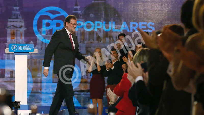 epa05074708 Spanish Prime Minister and Popular Paty (PP) candidate Mariano Rajoy (L) at the end of the national election last rally in Madrid, Spain, on 18 December 2015. Spanish general election will be held next 20 December.  EPA/JUANJO MARTIN