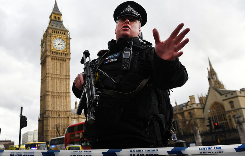Armed police push people back following major incidents outside the Houses of Parliament in central London, Britain 22 March 2017. Scotland Yard said on 22 March 21017 the police were called to a firearms incident in the Westminister palace grounds and on Westminster Bridge amid reports of several people injured in central London.  EPA/ANDY RAIN